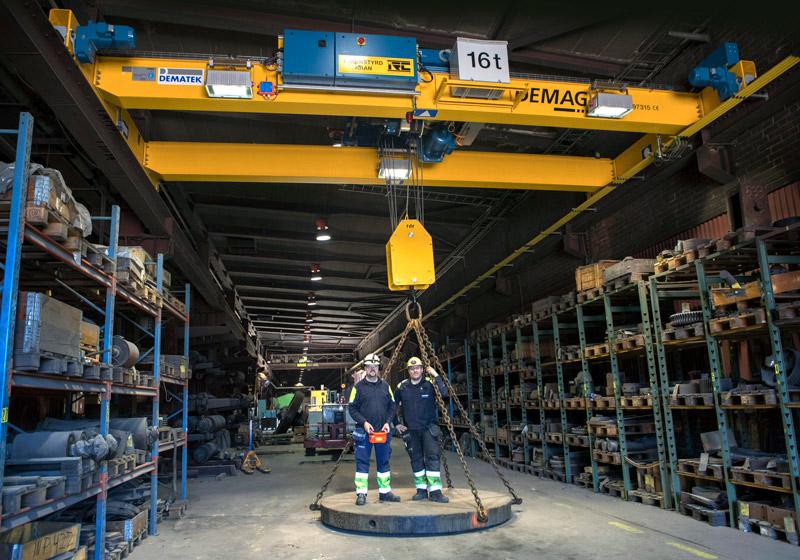 Konstruktörer stående på en Demag-kran