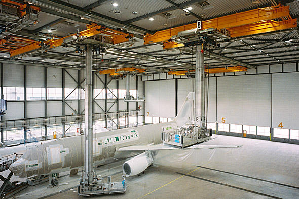Processkran för flygindustrin och ett flygplan