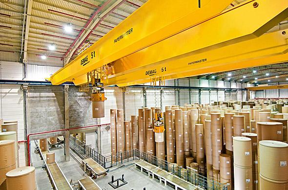 Processkran för pappersindustrin i arbete på stort lager