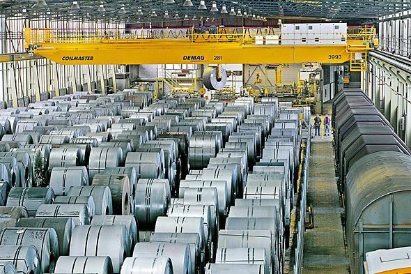 Överblick på processkran på stållager