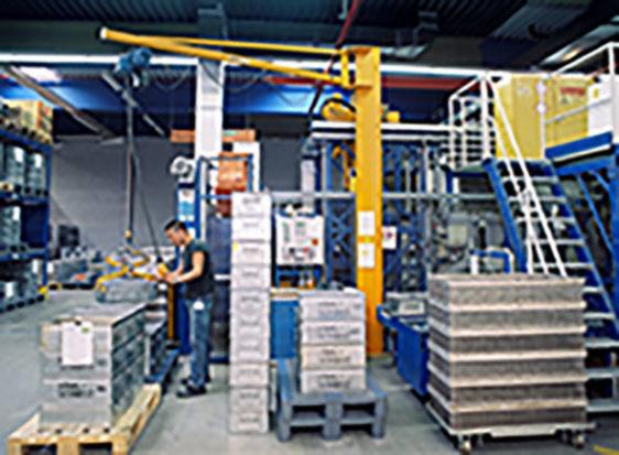 Vägg- och pelarsvängkran på ett lager