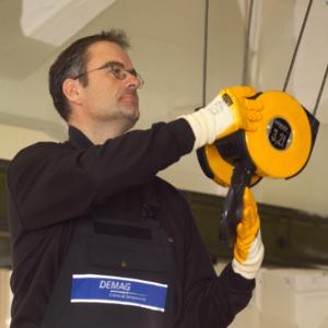 Servicetekniker som arbetar med en lintelfer