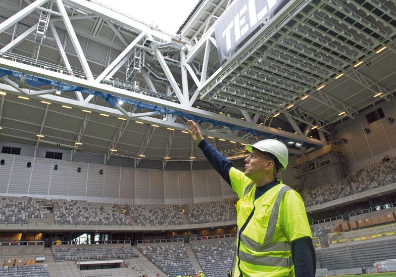 Göran Grothe, installationsledare på Peab, visar upp Tele2 Arena